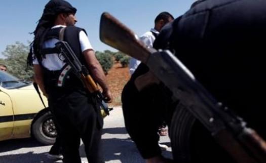 Gravações em vídeo mostraram rebeldes liderando prisioneiros para fora da prisão em meio ao som de tiros de armas automáticas e cantos de