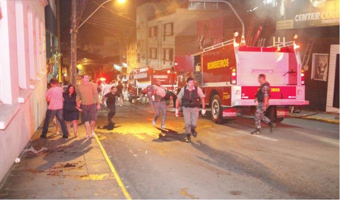 Havia cerca de 500 pessoas, na maioria jovens, dentro da boate Kiss quando o fogo teve início, por volta das 2h30